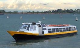 运输的乘客和游人小船在威尼斯 免版税库存图片