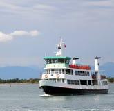 运输的乘客和游人小船轮渡在威尼斯 免版税库存照片