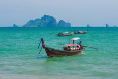 运输的传统longtail小船在海滩,甲米府,泰国 免版税库存照片