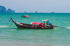 运输的传统longtail小船在海滩,甲米府,泰国 库存图片