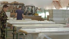 运输的包装的木门 木头的内门的生产 影视素材