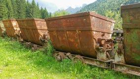 运输的材料老生锈的推车从矿 斯基尔帕廖,贝加莫,意大利 库存照片