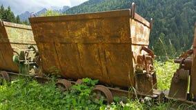 运输的材料老生锈的推车从矿 斯基尔帕廖,贝加莫,意大利 库存图片