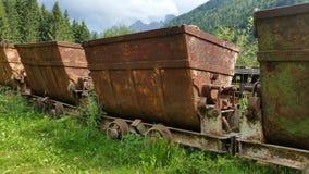 运输的材料老生锈的推车从矿 斯基尔帕廖,贝加莫,意大利 免版税库存图片