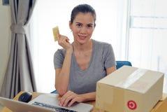 运输的电子商务在网上购物和 买在网上从网站的亚裔美女使用付款的信用卡 免版税库存图片