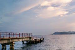 运输码头的特写镜头在海的在黎明 库存照片