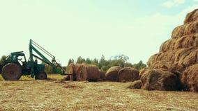 运输秸杆的农业拖拉机在农村领域滚动 农业生产 影视素材