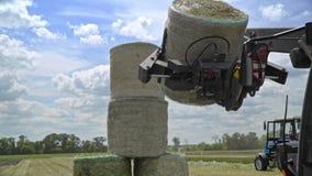 运输秸杆的农机在农田滚动 干草堆 影视素材