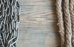 运输绳索和生锈的铁链子在老背景 复制spase, 库存照片