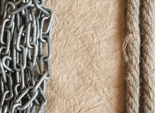 运输绳索和生锈的铁链子在老背景 复制spase, 图库摄影