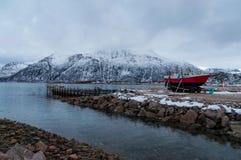 运输船在Kvaloya村庄在挪威 免版税库存图片