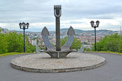 运输船锚,一部分的以记念在和平时期失去的海员的一份纪念品 摩尔曼斯克 库存图片