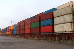 运输货柜在存贮设施安置了作为分层堆积 免版税库存图片