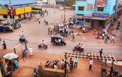 运输车和许多走的人在拥挤印地安街道上 免版税库存图片