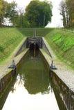 运输运河在小的村庄 图库摄影