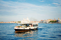 运输运载的人在大运河中水域  免版税图库摄影