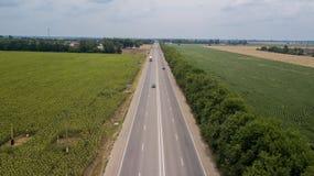 运输连接点,交通发怒公路交叉点天视图夏天空中英尺长度从上面与圈子路 库存图片