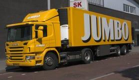 运输食物的超大卡车对超级市场 免版税库存图片