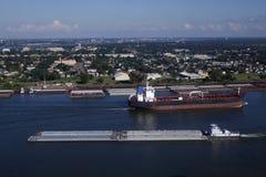 运输:运输在密西西比河 免版税库存照片