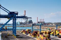 运输货柜、台架和高烟囱在奇维塔韦基亚,意大利 免版税图库摄影