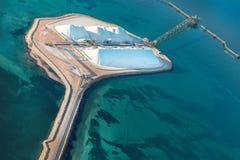 运输终端鸟瞰图在鲨鱼湾盐工作 免版税库存图片