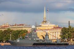 运输Kazanetz在俄罗斯旗子的天在海军部堤防在圣彼德堡,俄罗斯 库存图片
