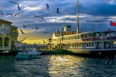 运送伊斯坦布尔 通勤者轮渡在Th经营 免版税图库摄影