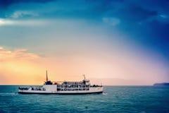 运送在明亮的色的日落海背景  库存图片