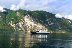 运送在有彩虹的,挪威海湾 库存照片
