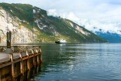 运送在有彩虹的,挪威海湾 库存图片