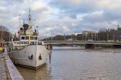 运送在气氛河的码头在图尔库 库存图片