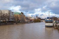 运送在气氛河的码头在图尔库 免版税库存照片