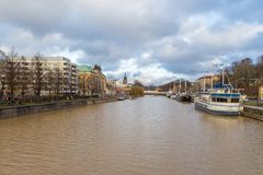 运送在气氛河的码头在图尔库 图库摄影