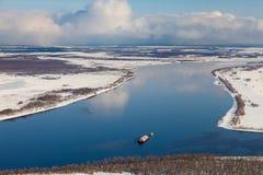 运送在河在冬天,顶视图 免版税库存图片