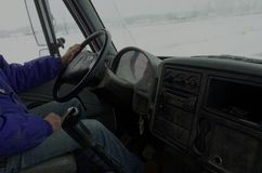 运送在运输物品的一条农村路的卡车司机 库存照片