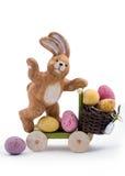 运送复活节彩蛋的兔宝宝 免版税库存图片