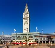 运送大厦在街市旧金山在Embarcadero农贸市场视图  位于有城市插孔的码头1电车和自治都市的 免版税库存图片