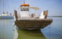 运送接近与开放舷梯对El Rompido小游艇船坞,西班牙 库存图片