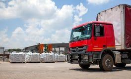 运送等待的卡车用货物装载 免版税库存照片