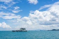 运送运载的汽车和乘客对酸值张在泰国 免版税库存图片