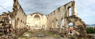 近一个老废墟希腊教会由市立图书馆在Cunda Alibey海岛 它是一个小海岛在北部爱琴海,在离海岸的附近 图库摄影