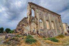 近一个老废墟希腊教会由市立图书馆在Cunda Alibey海岛 它是一个小海岛在北部爱琴海,在离海岸的附近 免版税图库摄影