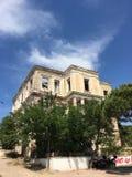 近一个老废墟希腊样式房子由Cunda Alibey海岛海岸  它是一个小海岛  库存图片
