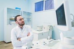 近一位想法的医生的画象sceen医疗设备 库存照片