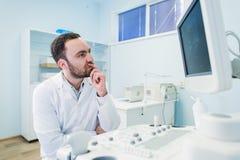 近一位想法的医生的画象sceen医疗设备 免版税库存照片
