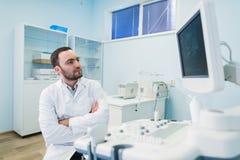近一位想法的医生的画象sceen医疗设备 免版税库存图片