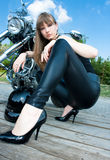 近一名俏丽的妇女乘摩托车 免版税库存照片