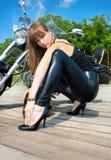 近一名俏丽的妇女乘摩托车 图库摄影