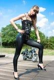 近一名俏丽的妇女乘摩托车 免版税图库摄影
