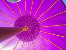 近一把开放紫色伞的关闭Pantai pandawa海滩,在巴厘岛,印度尼西亚 库存照片